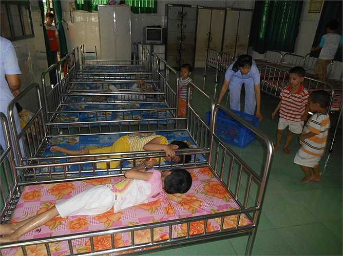 Trung tâm đã đình chỉ 5 bảo mẫu khoa Măng Non liên quan đến việc đánh trẻ, điều bảo mẫu từ các khoa khác sang hỗ trợ, chăm sóc các cháu.
