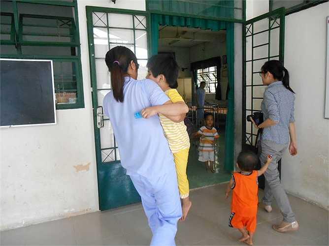 Trung tâm đã đình chỉ 5 bảo mẫu khoa Măng Non liên quan đến việc đánh trẻ, điều bảo mẫu từ các khoa khác sang hỗ trợ, chăm sóc các cháu