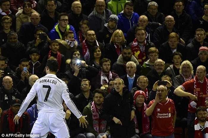 Thành tích khi gặp Liverpool của Ronaldo khá hơn một chút. Anh có 3 bàn sau 11 lần chạm trán The Kop