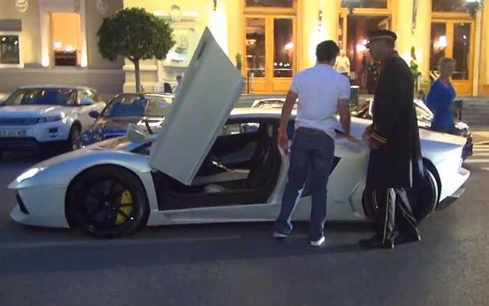 Rory lái chiếc xe Lamborghini Aventador trị giá 400.000 USD