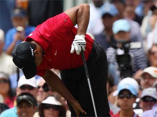 Một số đồn đoán nói hợp đồng của tay golf này với Nike trị giá 200 triệu USD, trong khi Tiger Woods - người đại diện hình ảnh cho Nike từng ký hợp đồng trị giá 40 triệu USD