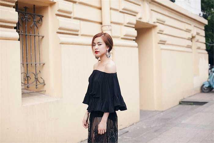 Ở bộ ảnh mới này, các xu hướng như xu hướng năm 70, see through, lace, white on white, màu camel, metalic... đều được áp dụng trong phong cách thời trang streetstyle của Linh.