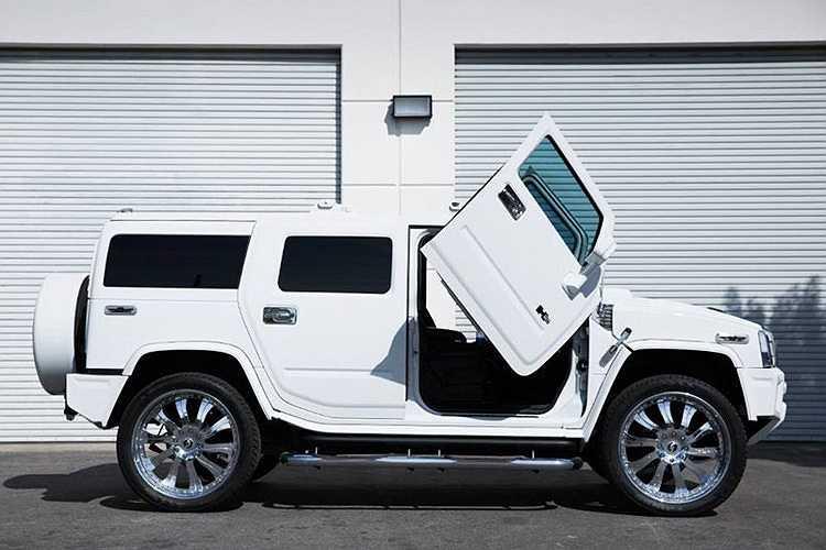 Cửa cắt kéo được đặt trên một mẫu xe lớn như Hummer H2 khiến vẻ hầm hố của nó có vẻ giảm bớt đi đôi chút.