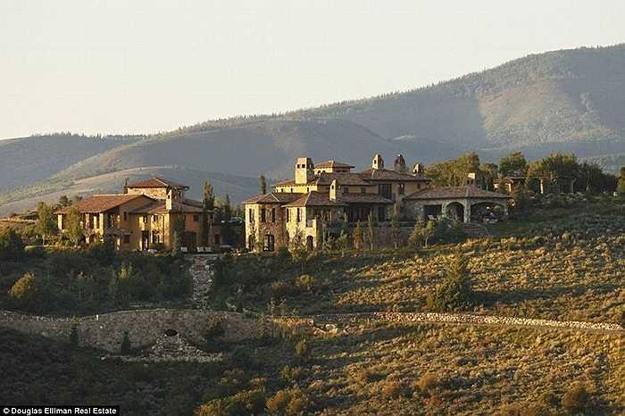 Căn biệt thự này được xây dựng khá biệt lập trên vùng núi Vail, Colorado, Mỹ