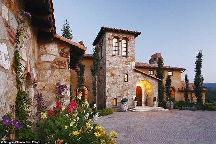 Năm 2008, Dick Rothkopf - chủ nhân của ngôi nhà đã quyết định chi tiền để xây dựng nó theo kiến trúc Italia