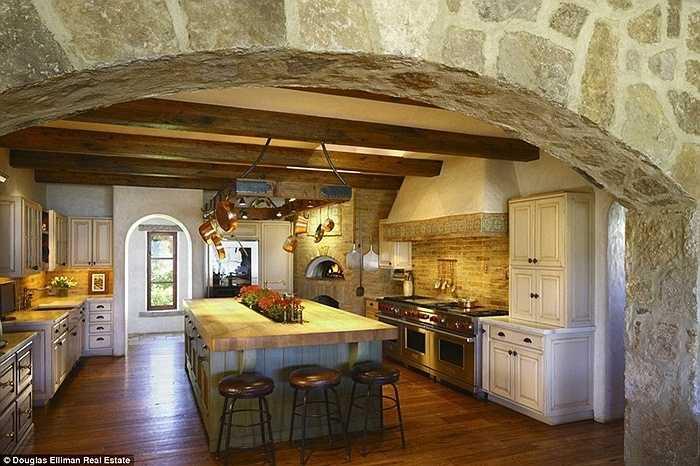 Diện tích tổng cộng của căn nhà là hơn 1,300 m2. Trong hình là khu bếp rộng rãi của nó