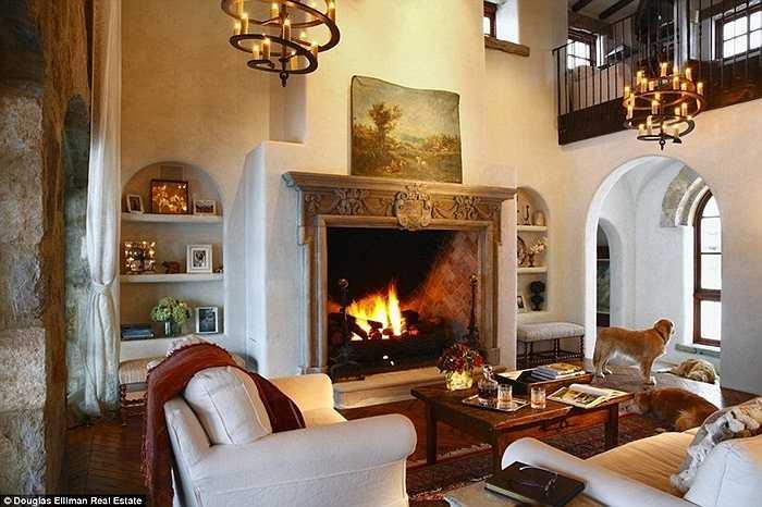 Kiến trúc của ngôi nhà mang hơi hướng châu Âu cổ điển, đặc biệt những chiếc lò sưởi lớn