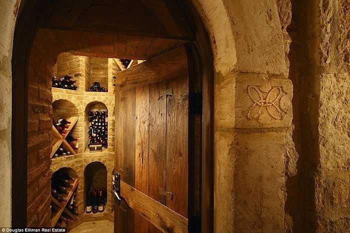 Hầm rượu được thiết kế ngay phía dưới khu vực cầu đi lại