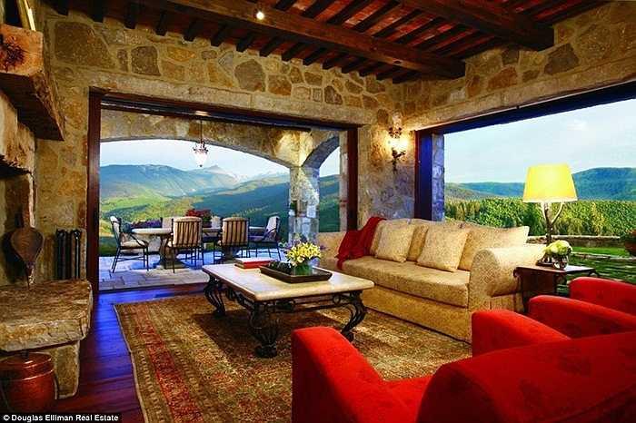 Cửa sổ lớn cho phép mọi người có thể ngắm nhìn phong cảnh của vùng núi Vail, Colorado, Mỹ