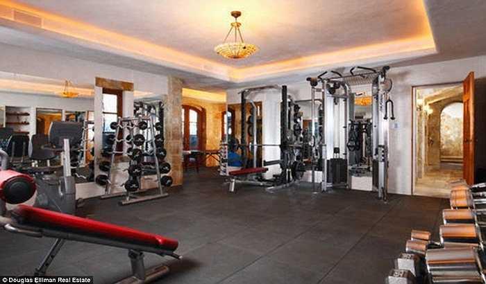 Phòng tập gym được trang bị tiện nghi, đầy đủ. Khu vực này còn có thêm phòng mát-xa và xông hơi