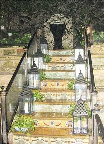 Cầu thang dẫn ra vườn cũng được bài trí đẹp mắt.