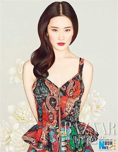7. Lưu Diệc Phi là một nữ diễn viên, ca sĩ người Trung Quốc. Cô được biết đến nhiều nhất với vai Vương Ngữ Yên trong Tân Thiên Long Bát Bộ và Tiểu Long Nữ trong Thần Điêu Đại Hiệp.