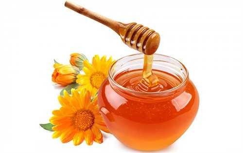 Lấy một thìa mật ong và vài giọt chanh tươi bỏ vào một cốc nước ấm. Khấy đều và uống mỗi ngày 3 cốc. Mật ong sẽ nhanh chóng loại bỏ tắc mũi và chống ho hiệu quả.