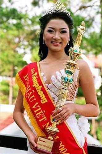 Nguyễn Thị Huyền lên ngôi tại cuộc thi Hoa hậu Việt Nam 2004 khi cô mới 19 tuổi.