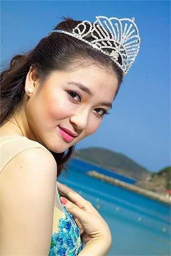 Thuở mới đăng quang, gương mặt Nguyễn Thị Huyền được đánh giá là hội tụ đầy đủ những nét đẹp thuần Việt, tròn đầy và rạng ngời sức sống.