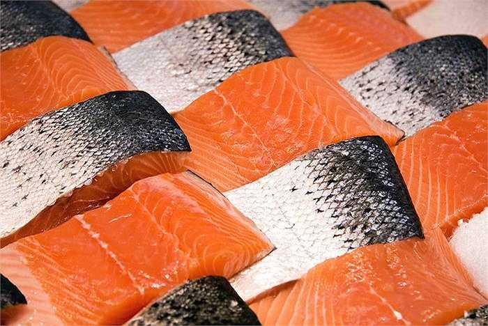 Cá hồi cung cấp protein, giàu chất dinh dưỡng, đặc biệt có nhiều axit béo Omega - 3 có tác dụng rất tốt trong việc chống vô sinh nữ. Ngoài ra, cá hồi tốt cho hệ thống tim mạch, tăng cường chức năng não bộ và sáng mắt.