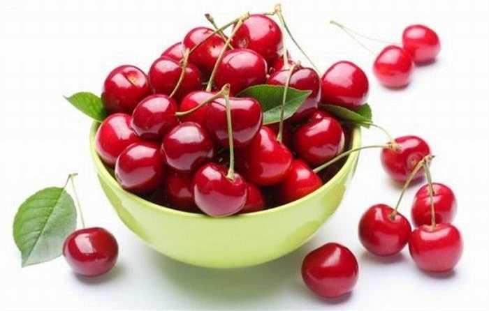 3. Quả anh đào: Mặc dù là loại quả đẹp mắt và ngon miệng nhưng nếu ăn cả hạt anh đào, bạn đã vô tình nạp vào cơ thể axit cyanhytric, chất ngây ngộ độc với các triệu chứng ban đầu như: đau đầu, chóng mặt, ói mửa, rối loạn tiêu hoá, tim đập nhanh…
