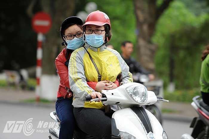 Do thời tiết trở rét bất thường nên nhiều người khi ra đường vẫn chưa kịp chuẩn bị quần áo ấm.