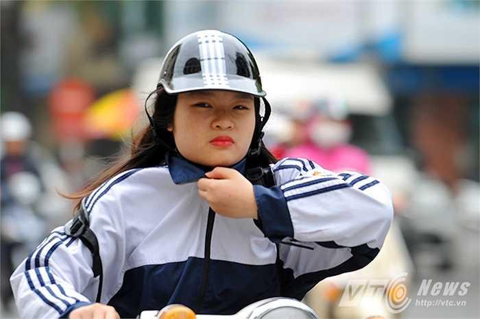 Nhiều em học sinh vẫn chưa có thói quen mặc áo ấm khi ra đường
