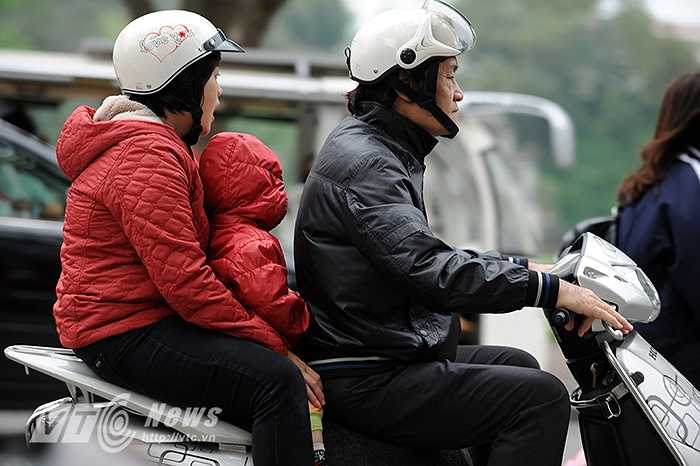 Với những gia đình có trẻ nhỏ khi ra đường trong thời tiết này đều phải che chắn kín mít cho các em để tránh bị ho và viêm phổi.