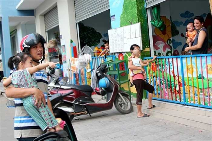 Công nhân, người lao động nghèo được gửi con tại các điểm giữ trẻ mở ngay trong khu nhà này.