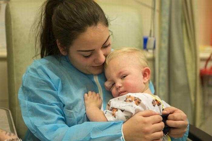 Bố mẹ bé là Jamie (23 tuổi) và Aimee (18 tuổi) đã phải làm việc rất vất vả để kiếm tiền mong tìm ra phương pháp điều trị dứt điểm bệnh cho bé Colby.