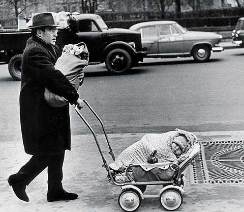 'Trên phố', Viktor Akhlomov, 1960.