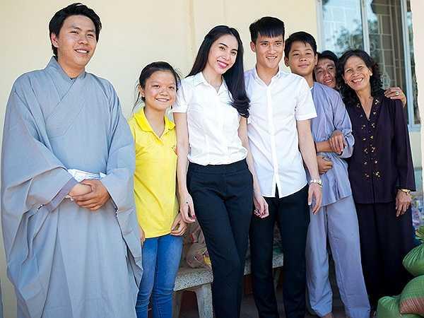 Mới đây, vợ chồng Thuỷ Tiên - Công Vinh xuống thăm một ngôi chùa ở Biên Hoà (Đồng Nai) và tặng quà cho những người nghèo ở khu vực này.
