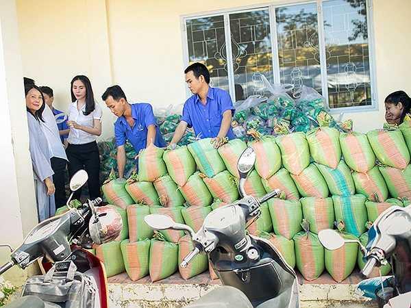 Dịp này, vợ chồng họ trao tặng 2 tấn gạo và 200 phần quà cho những người nghèo.