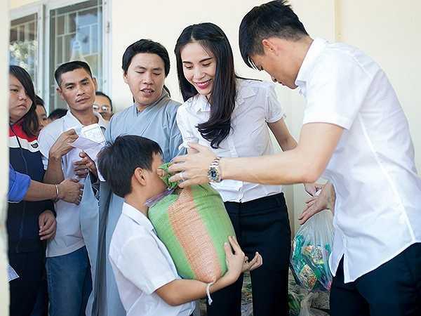 Từ trước đến nay, Thuỷ Tiên - Công Vinh luôn được mệnh danh là 'cặp đôi triệu đô' của Việt Nam vì có thu nhập 'khủng'. Bù lại, họ thường tổ chức những buổi từ thiện để tặng quà cho người nghèo.