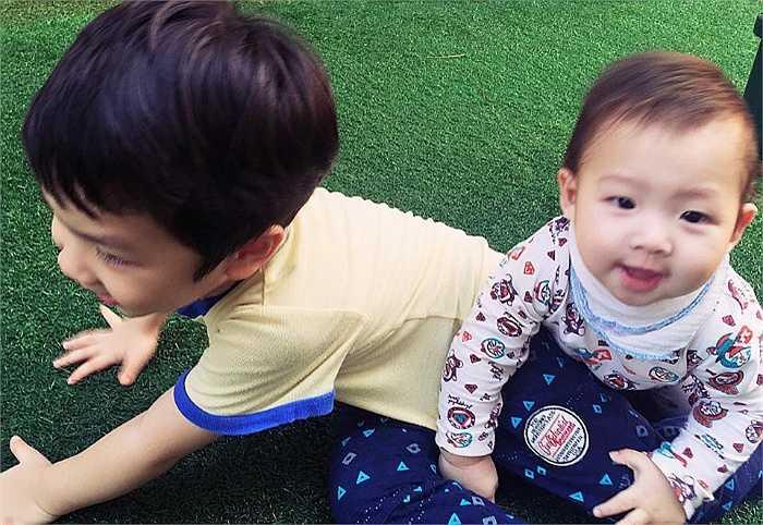 Đan Lê hạnh phúc chia sẻ trên trang cá nhân 'mẹ sắp nhàn rồi', khi cậu nhóc đầu tiên của Đan Lê - Khải Anh chăm sóc cậu nhóc thứ hai rất khéo léo.