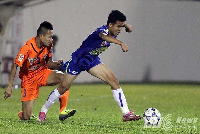 Tiền vệ phải: Hoàng Thanh Tùng, sinh năm 1996, cao 1m67. Anh là cầu thủ duy nhất của đội một HAGL nhận được lời khen về khả năng chơi bóng, từ ông Jean Marc Guillou, Tổng giám đốc Học viện JMG toàn cầu.