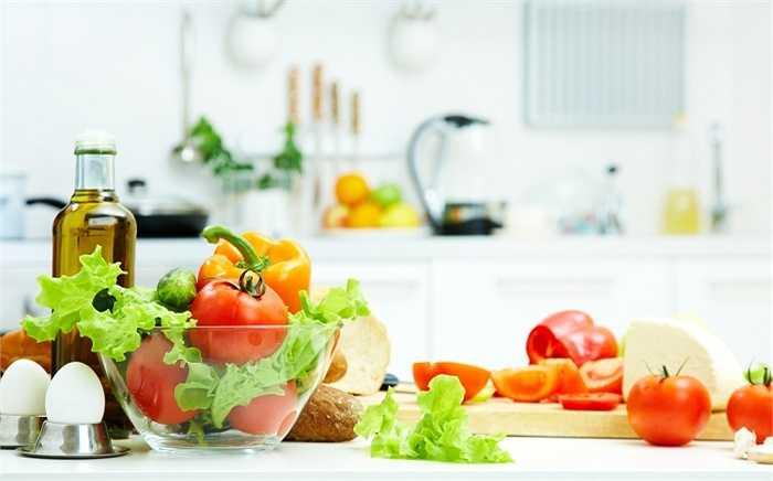 Mua thực phẩm tươi sạch: Bạn nên đi chợ vào buổi sáng, chọn những thực phẩm tươi sống, hạn chế sử dụng những thực phẩm không rõ nguồn gốc. Ngoài ra khi mua thực phẩm nên tránh các loại thực phẩm đã mọc mầm nhất là khoai tây, những thực phẩm ôi rất có hại cho sức khỏe.