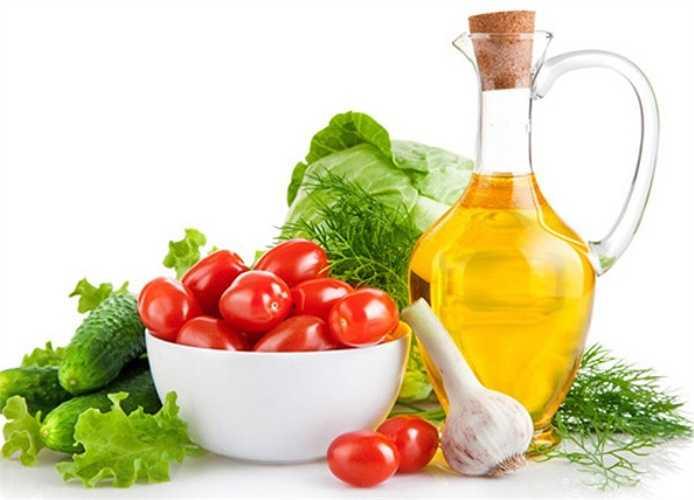 Tách riêng thục phẩm sống, chín: Khi nấu ăn, những thực phẩm tiếp xúc với thịt hoặc trứng sống có thể bị nhiễm bẩn và khiến bạn bị bệnh. Hãy chế biến thực phẩm sống riêng với thực phẩm đã nấu chín cũng như với những thực phẩm mà bạn định ăn sống, như trái cây hoặc rau.
