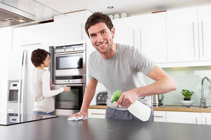Thường xuyên vệ sinh các bề mặt được dùng làm nơi chế biến món ăn bằng khăn giấy và khăn lau sạch.