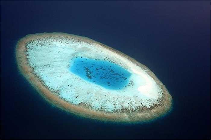 Đảo hình con mắt, Maldives: Đây là một đảo san hô với hình dáng giống như một con mắt gồm có võng mạc, tròng mắt rất độc đáo