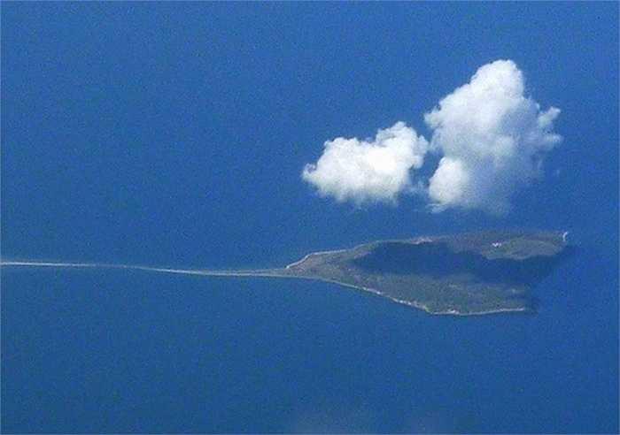 Đảo hình cá đuối, Đan Mạch: Hòn đảo Æbelø thuộc Kattegat, ngoài khơi bờ biển phía bắc Funen. Với hình dạng hình tam giác và 'đuôi' dài, nó thực sự trông giống như một con cá đuối