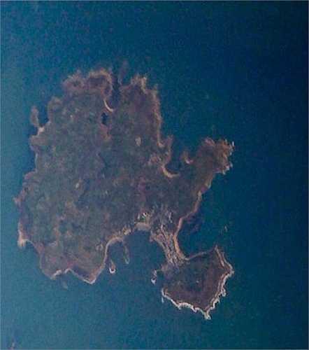 Đảo hình cây, Conrwall: Thuộc quần đảo Scilly, ngoài khơi bờ biển Cornwall, nó trông khá giống một cây xanh khổng lồ với thân, cành, lá, và thậm chí cả rễ và đất