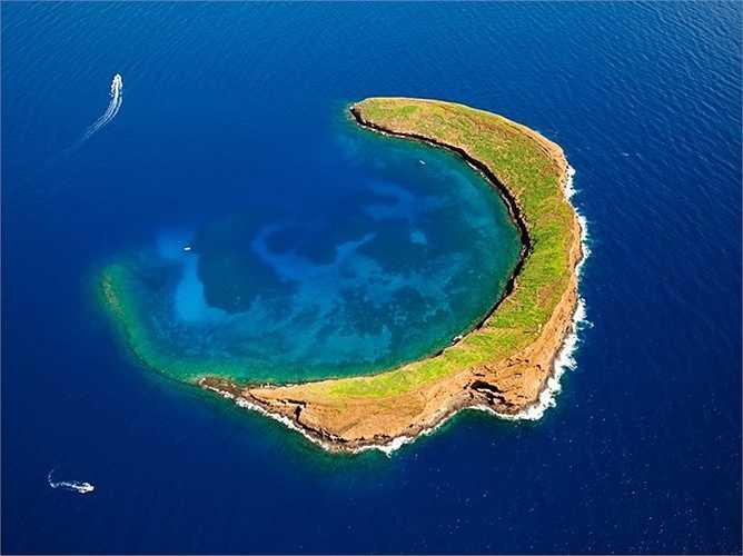 Đảo hình trăng lưỡi liềm, Hawaii: Đây thực chất là một ngọn núi lửa với tên gọi là Molokini, có vị trí nằm giữa đảo Maui và Kaho'olawe