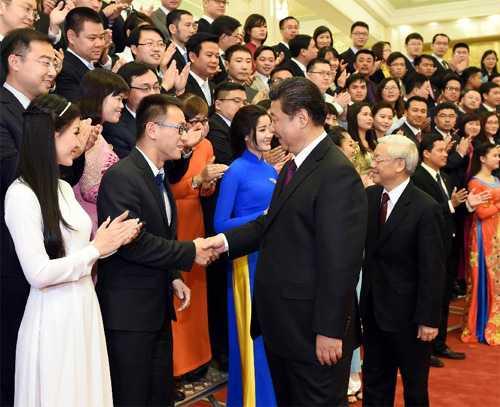 Tổng Bí thư Nguyễn Phú Trọng và Tổng Bí thư, Chủ tịch Trung Quốc Tập Cận Bình bắt tay đại biểu thanh niên hai nước
