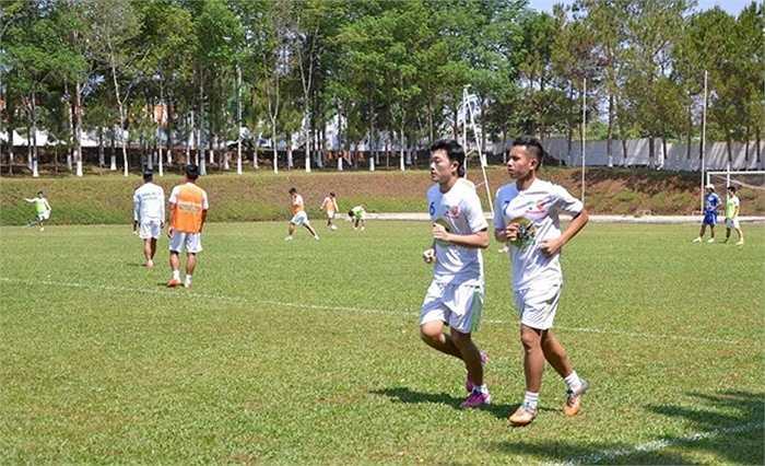 Xuân Trường, Hồng Duy chỉ có thể chạy nhẹ và quan sát các đồng đội tập luyện.