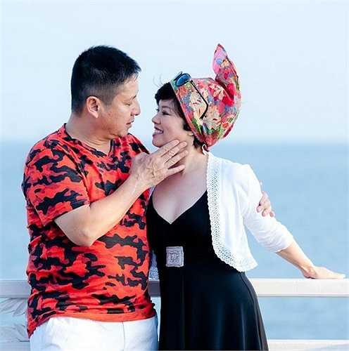 Tổ ấm hạnh phúc của gia đình Chí Trung - Ngọc Huyền luôn được công chúng ngưỡng mộ. Sau gần 30 năm chung sống, con gái lớn đã lấy chồng, họ vẫn dành cho nhau tình cảm mặn nồng như thời trẻ.