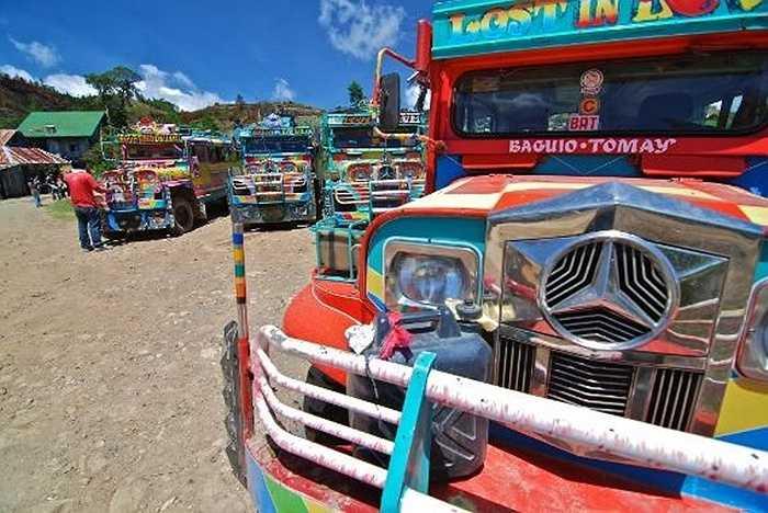 Những chiếc xe buýt Jeepney sặc sỡ đã trở thành một nét văn hóa của Philippines. Chúng không có cửa lên/xuống ở thân xe như mọi chiếc xe buýt khác mà hành khách chỉ có thể vào bên trong thông qua lối vào ở đuôi xe