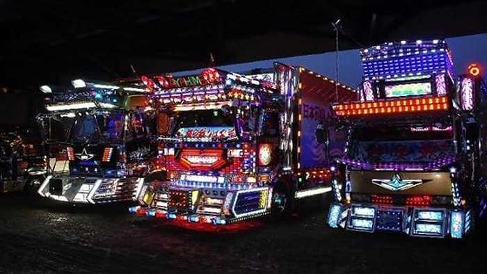 Một ví dụ khác của những thiết kế điên rồ là những chiếc xe tải Dekotora ở Nhật Bản. Vào buổi tối, chúng phát sáng đủ để có thể đánh bại các nhà hàng ở Quảng trường Thời đại (Mỹ).