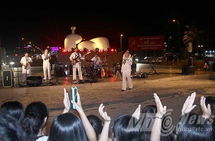 Tối ngày 8/4, Hải quân Mỹ có một đêm trình diễn nhạc đường phố đầy ấn tượng trên công viên Biển Đông, Đà Nẵng.