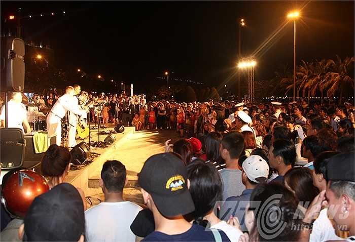 Đặc biệt, những đêm nhạc đường phố đã tạo điều kiện cho binh sỹ Mỹ và người dân Việt Nam có cơ hội giao lưu, hiểu biết lẫn nhau.