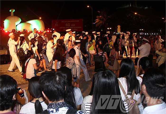 Những điệu nhảy, bài hát giúp mọi người xích lại gần nhau hơn.