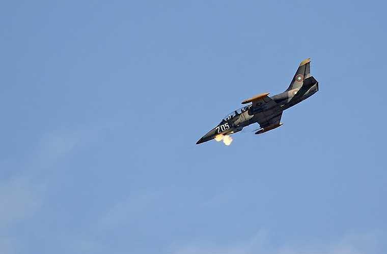 Tuy nhiên, khi cần, máy bay huấn luyện L-39 có thể làm nhiệm vụ tấn công mặt đất, thậm chí là tác chiến không đối không. Trong ảnh, máy bay L-39 của Không quân Bulgaria bắn pháo 23mm vào mục tiêu mặt đất.