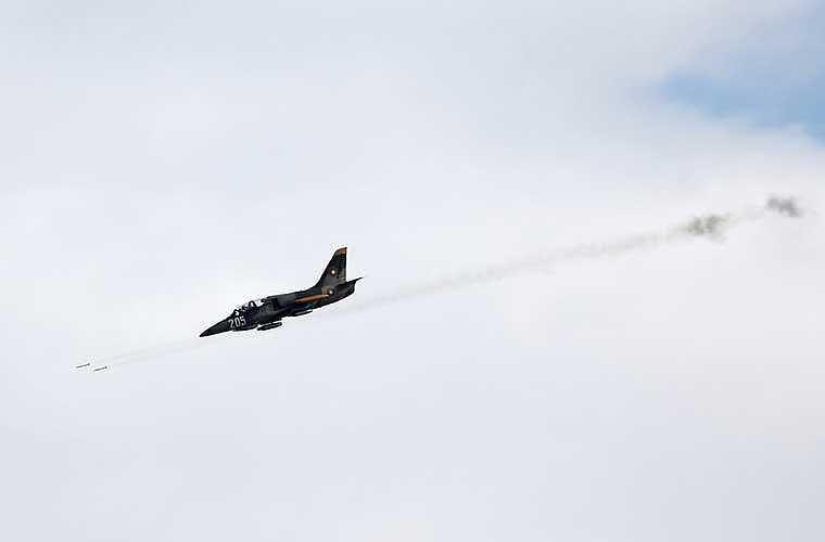Máy bay huấn luyện L-39 phóng rocket.