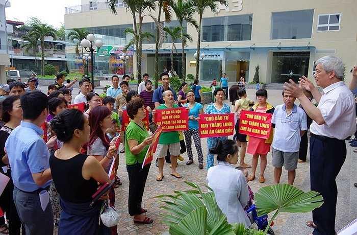 Sau khi phát hiện ra sự việc này, nhiều cư dân đã giăng biểu ngữ biểu tình phản đối chủ đầu tư dự án, yêu cầu phải thau rửa bể và mang mẫu nước đi kiểm định.